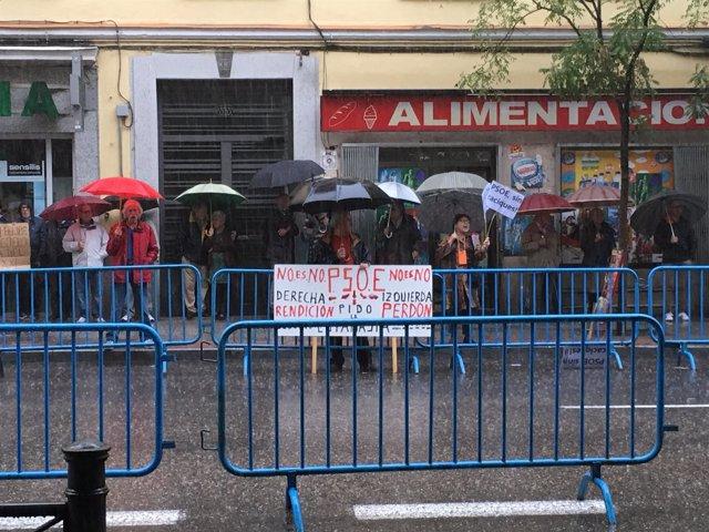 Simpatizantes del PSOE en Ferraz ante la reunión del Comité Federal