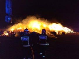 Fuego en una pila de 1.500 pacas en Requejo
