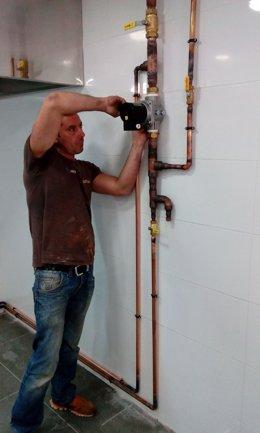Un fontanero trabajando