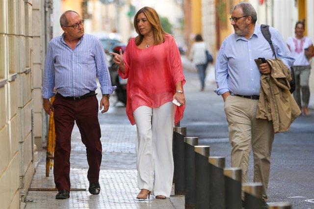 Susana Díaz, entre Juan Cornejo y Máximo Díaz Cano, llega a la sede del PSOE-A