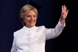 """Clinton describe a Trump como un """"mal perdedor"""" por no decir si aceptará los resultados"""