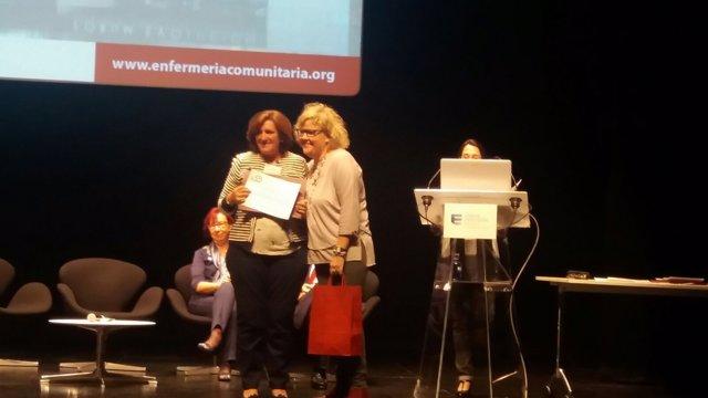 Sagrario Mauleón recibe el premio por un programa de ejercicio para mayores.