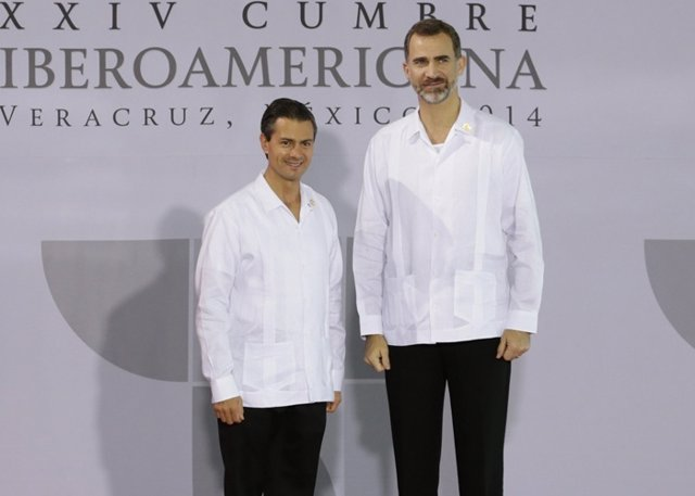Mexico's President Enrique Pena Nieto (L) poses with Spain's King Felipe after h