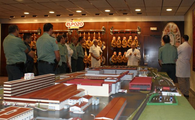 Agentes de la Guardia Civil visitando las instalaciones de ElPozo Alimentación