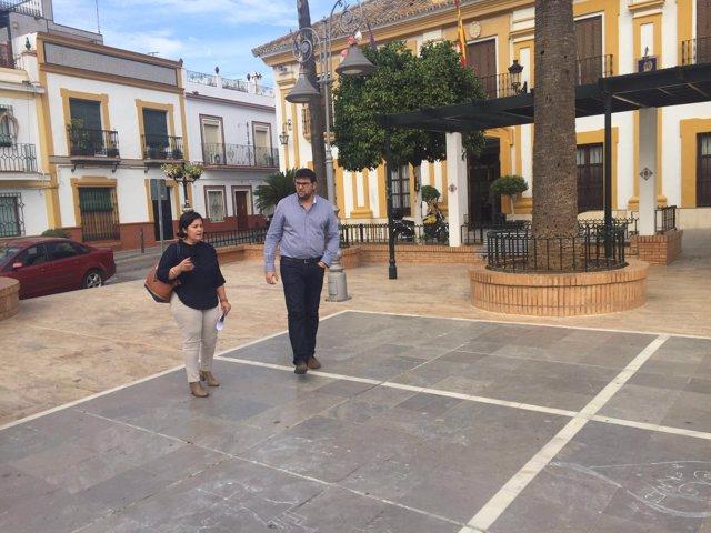Asunción Llamas y Lorenzo Medina visitan obras del Supera en Guillena