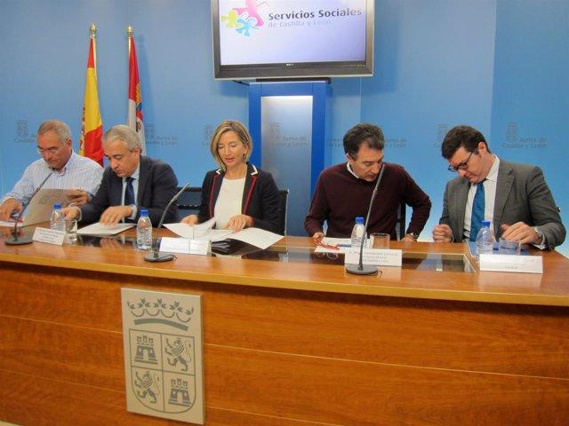 Alicia García, junto a representantes de los agentes económicos y sociales.