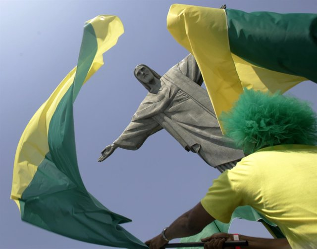 Banderas de Brasil ondean junto al Cristo Redentor de Río de Janeiro