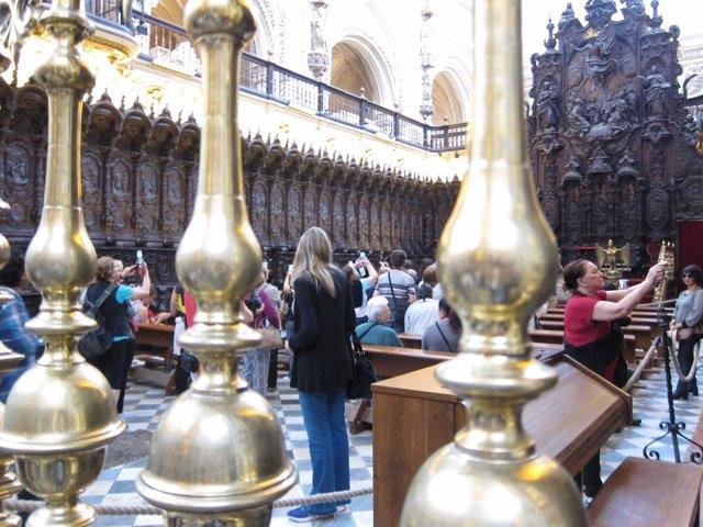 Un grupo de turistas hace fotos en la Mezquita-Catedral