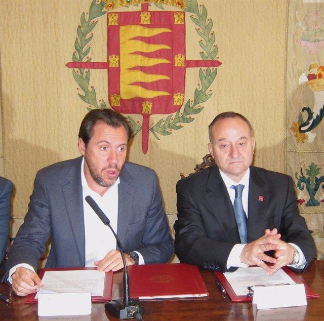 Óscar Puente (Izq), Junto Al Rector De La Universidad De Valladolid