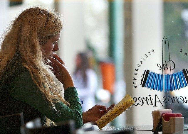 Mujer, leer, restaurante