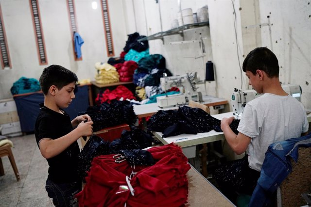 Niños sirios trabajando en un taller textil en Turquía