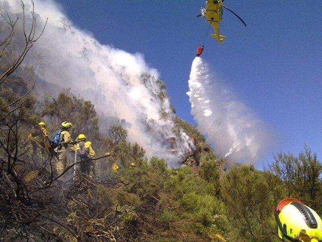 Labores de extinción durante el incendio de La Palma