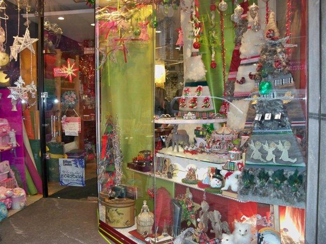 Comercio con decoración navideña