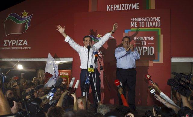 Periodistas rodean al primer ministro griego, Alexis Tsipras