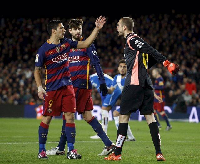 Pau López y Luis Suárez se enzarzan en el Barcelona - Espanyol