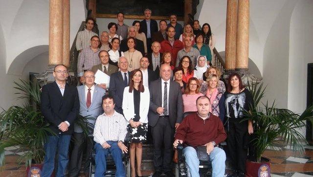 Ruiz y Cañete (centro), junto a representantes de colectivos y asociaciones