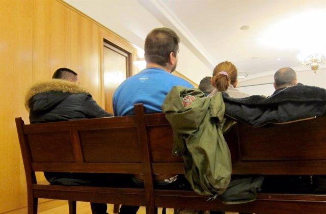La 'Charlín' y su marido, a su izquierda, en el banquillo de los acusados.