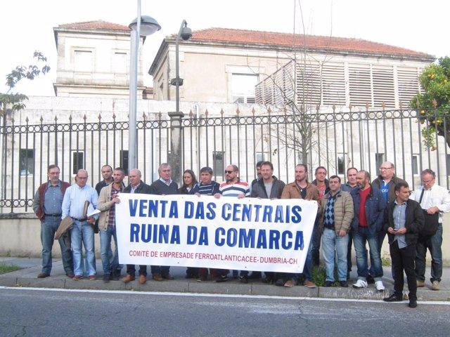 Trabajadores de Ferroatlántica se concentran ante la Xunta