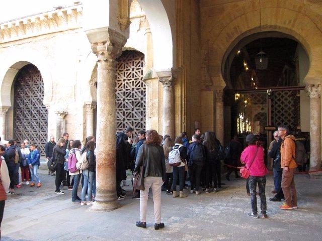 Un grupo de turistas ante la puerta de acceso a la Mezquita de Córdoba