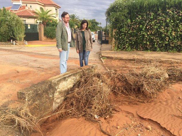 Concejales del PP, Villanueva y Ballesteros, constatan el mal estado.