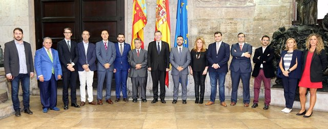 Ximo Puig con el comité organizador de la 'Fira Destaca 2016'