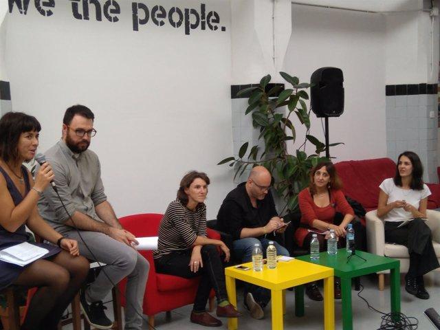 Maestre (a la derecha) ha debatido de municipalismo en la 'morada' de Valencia