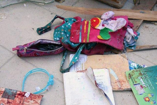 Restos de material escolar en Siria tras un ataque