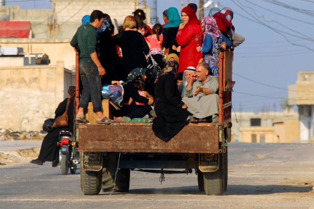 Civiles huyen de los combates en la provincia de Hama