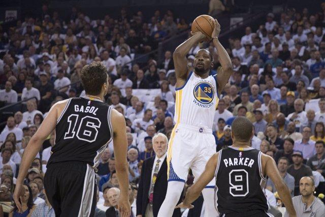 Durant lanza a canasta ante Parker y Gasol en el Warriors-Spurs