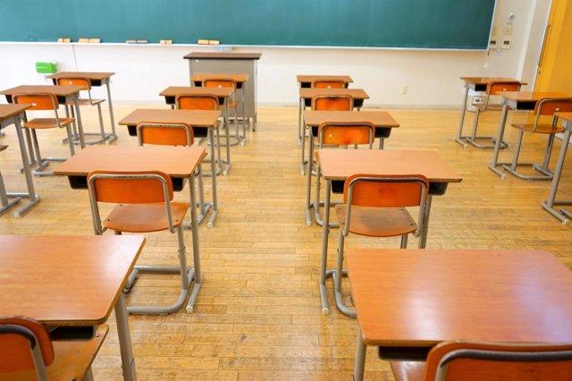 Mesas, pupitres de aula de colegio