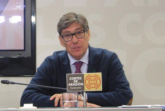 El presidente del PAR, Arturo Aliaga, en rueda de prensa en las Cortes