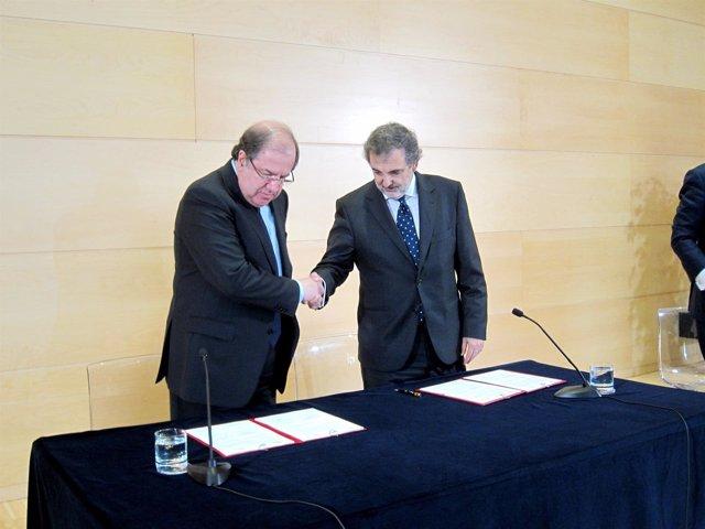 Juan Vicente Herrera y Luis Miguel Gilpérez, en la firma del convenio.