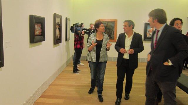Domínguez (segundo por la derecha) visita el Museo Bellas Artes.