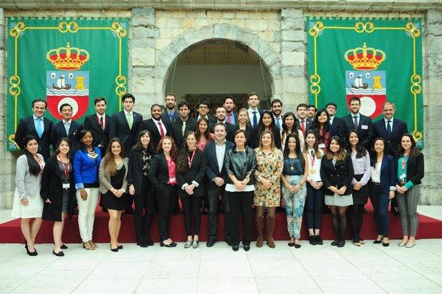 Universitarios visitan el Parlamento cántabro