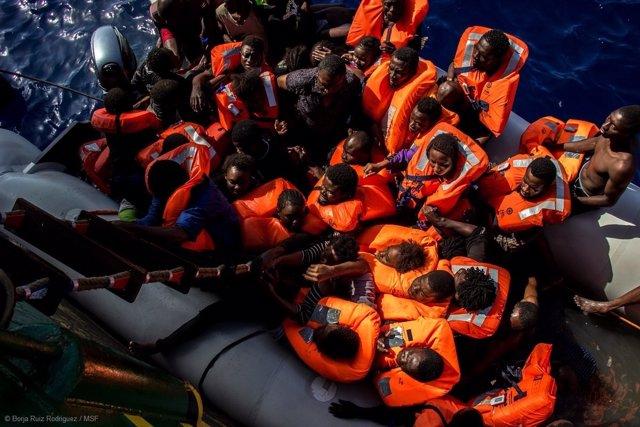 Bote con inmigrantes rescatado por MSF en el Mediterráneo