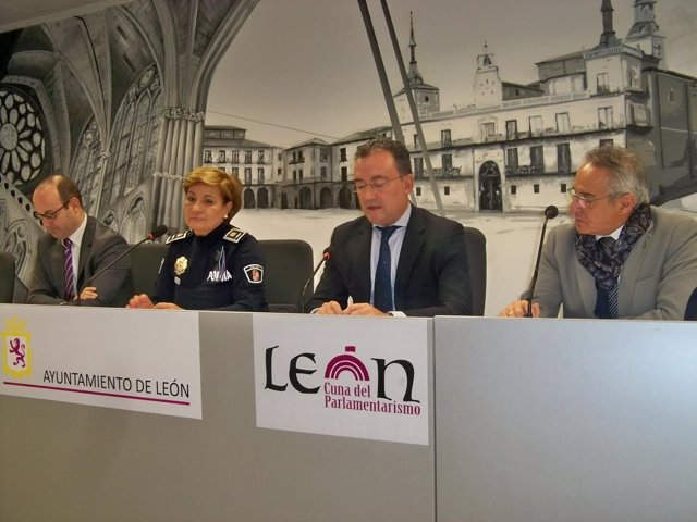 El concejal y la Mayor de Policía presentan el dispositivo del Ayto de León