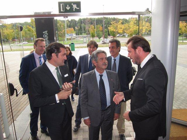 Revilla (C) con el consejero de Fomento (I) y el alcalde de Valladolid (D)