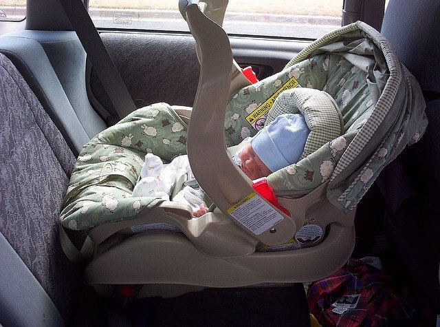 Sillita coche. Bebé en un coche.
