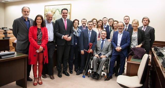 Alberto Jofre con los miembros de la Comisión del Congreso