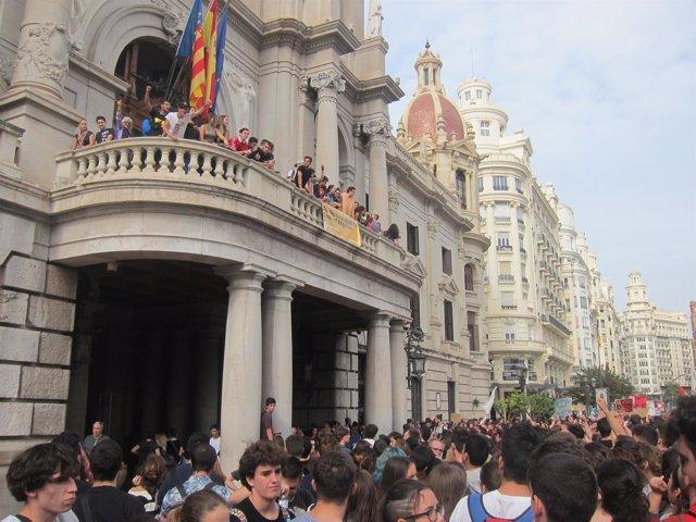 Imagen de la manifestación contra la LOMCE ante el Ayuntamiento de Valencia