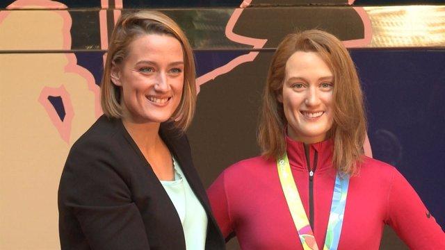 La campeona olímpica Mireia Belmonte junto a su figura.