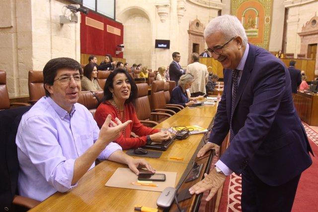 Juan Marín conversa con Jiménez Barrios en el Pleno del Parlamento