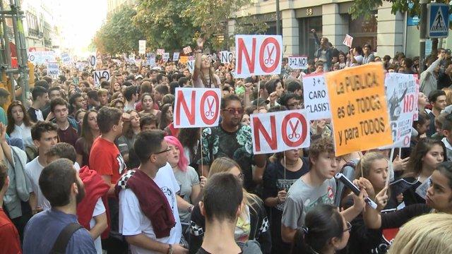 Los estudiantes toman las calles contra las reválidas