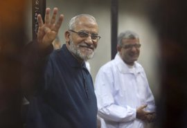 Un tribunal de Egipto confirma la cadena perpetua al exguía supremo de Hermanos Musulmanes