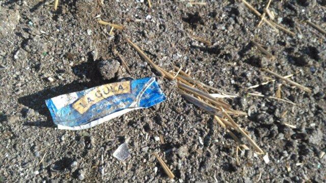 Imagen de un residuo de envases en el campo afectado