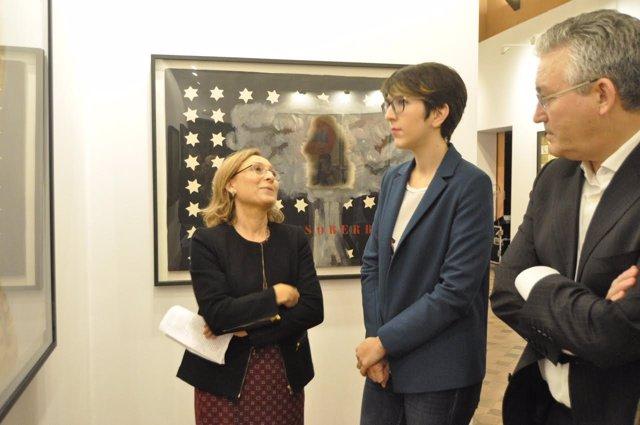 Violeta Barba, Florencio García Madrigal, y la comisaria de la exposición.