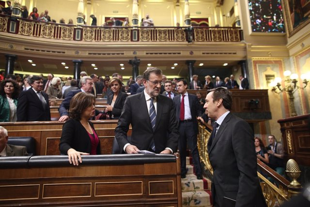 Mariano Rajoy, Soraya Santamaría y Rafael Hernando en el debate de investidura