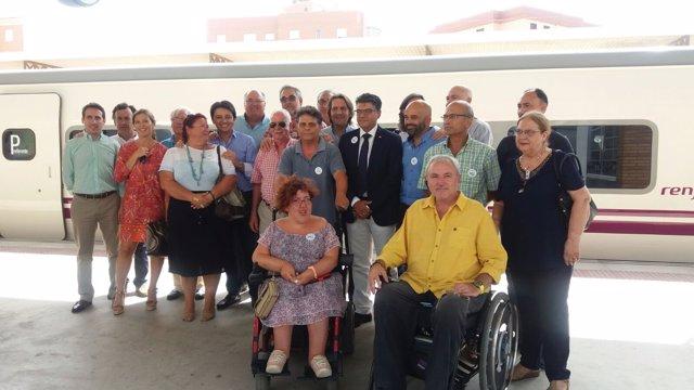 Representantes de la Mesa del Ferrocarril de Almería reciben al nuevo Talgo VI