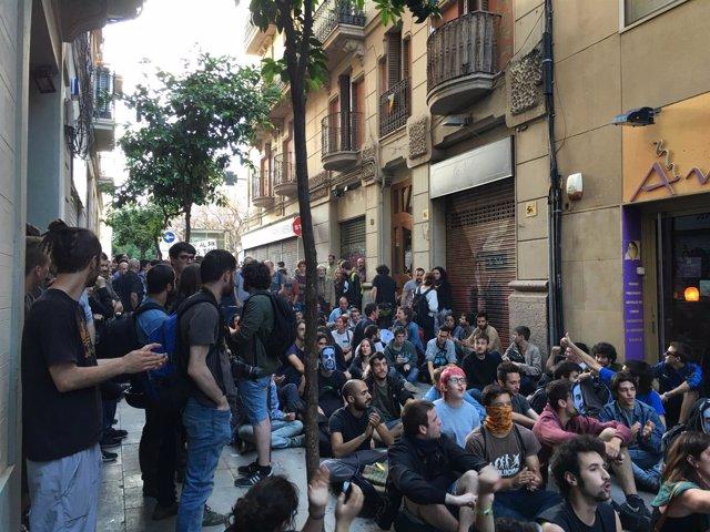 Sentada de activistas cerca del 'Banc Expropiat' de Gràcia