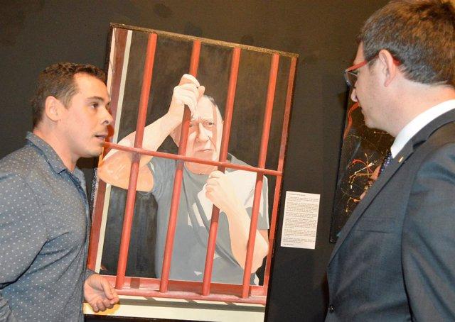 Edgar Mis, ganador del Premi Marraco de pintura, con el conseller de Justicia